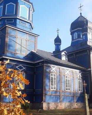 Piękna drewniana cerkiew we wsi Puchły w Krainie Otwartych Okiennic
