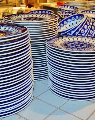 Niebiesko-białe talerze ze słynnego Bolesławca